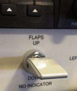 Impugnatura flap per switch a levetta, con grani di bloccaggio